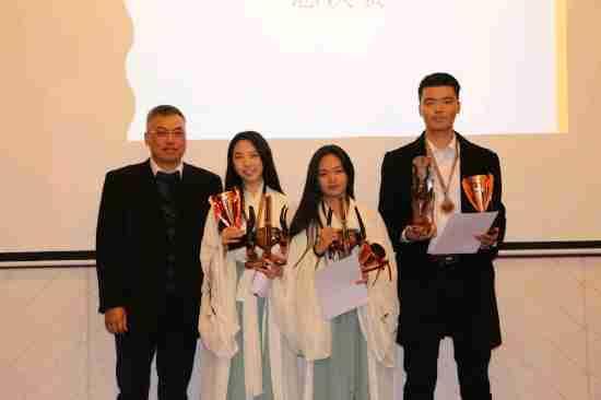 哈博罗内华助中心主任胡中文为季军队伍颁发奖杯